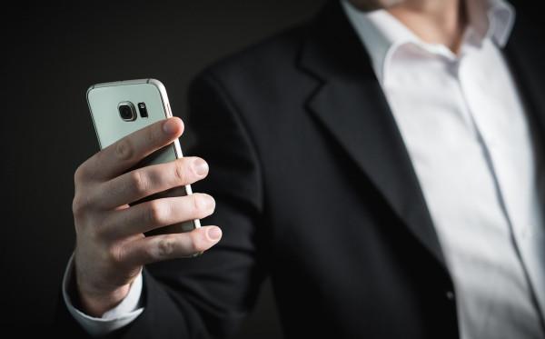 Inilah Alasan Kenapa Bermain Handphone Saat Gelap Sangat Berbahaya