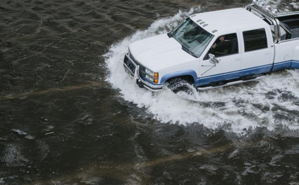 Ini yang Akan Terjadi Ketika Mobil Nekat Dijalankan Saat Terjadi Banjir