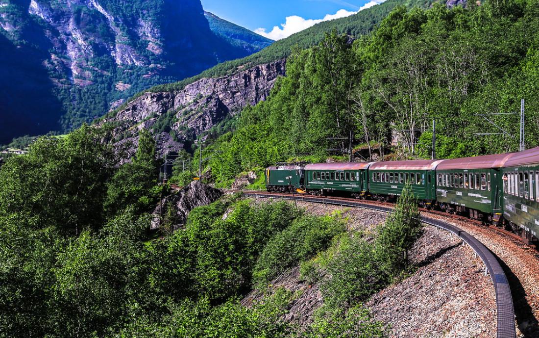kereta api sedang berjalan di jalannya