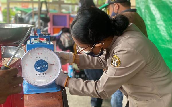 Lindungi Konsumen, DKUKMP Rutin Lakukan Tera Ulang Timbangan di 3 Pasar Tradisional Bontang